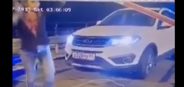В Тюмени девушка сломала шлагбаум на парковке набережной: видео