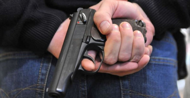 Стрелял в потолок из травматического пистолета: под Тюменью мужчина пришел к соседу с разборками