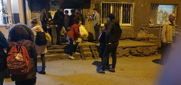 Тюменцев вывозили на автобусах из разваливающегося дома на Ставропольской - фото