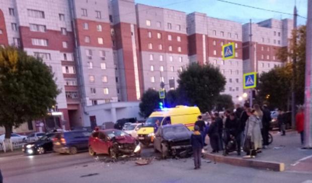 Пострадали пять человек: на тюменском перекрестке лоб в лоб сошлись две иномарки