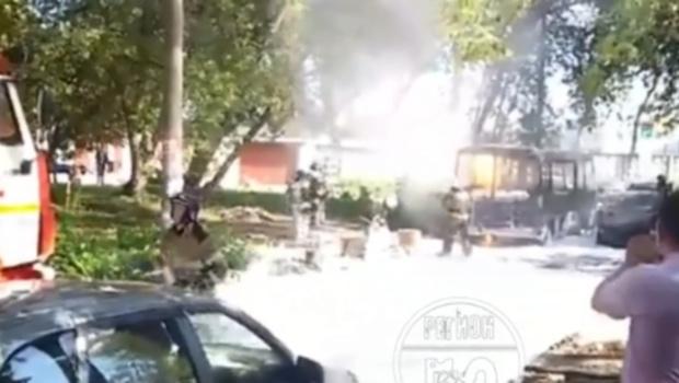 Пламя перекинулось на припаркованные машины: сгорел автобус, перевозивший тело человека