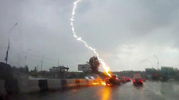 Во время движения молния ударила во внедорожник – видео