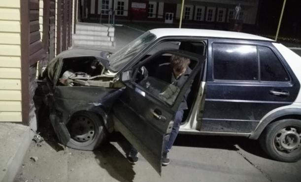Пьяный водитель за рулем иномарки протаранил здание