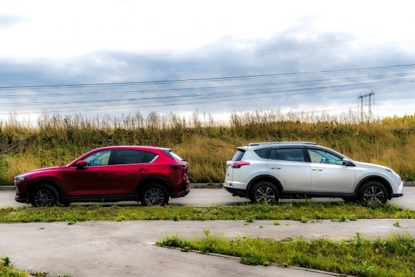 «Мазда» ест икру красную, но мало. «Равчик» – баклажанную, но много: Что экономичнее – Mazda CX-5 или Toyota RAV4?