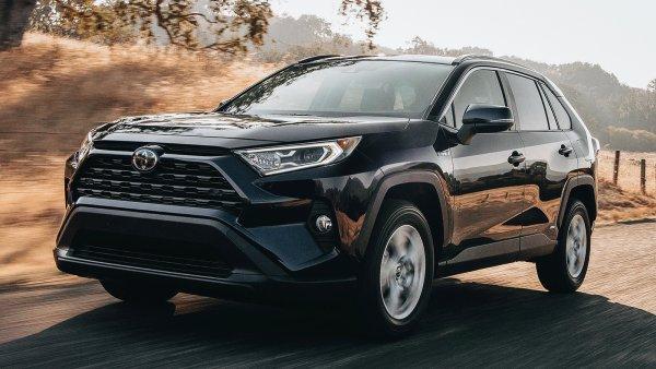 «Покупать будут те, кто не разбирается в машинах»: Автомобилистов окончательно разочаровал Toyota RAV4