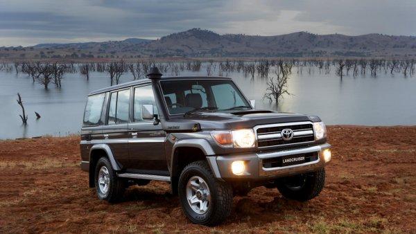 Когда 30-летний «Крузак» круче нового «Патриота»: Как Toyota Land Cruiser 70 справляется с ездой по городу?