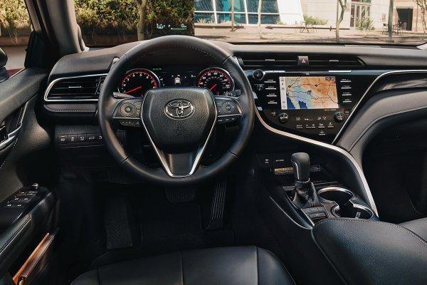 «Адская» магнитола, печальная динамика, вчетвером не покатаешься: Владелец честно рассказал о минусах новой Toyota Camry